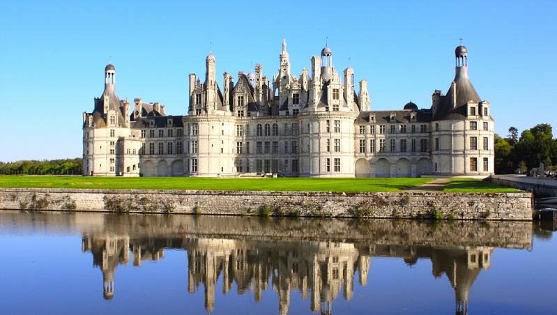 Heute säumen unzählige Wehrburgen und prachtvolle Renaissance-Schlösser die Gebiete rechts und links entlang des Flusslaufs der Loire. Genauso verhält es im auch in jenem berühmten Tal. Einige der schönsten Schlösser Frankreichs befinden sich dort, darunter Chambord, Blois oder Amboise.(#04)