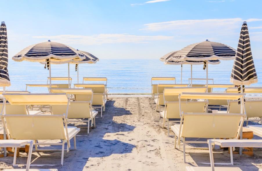 Der Strand von Cervia ist bekannt für seinen feinen weißen Sand. Eine bessere Unterlage für den erholsamen Badeurlaub gibt es kaum. Ob man den Tag im Sand oder im Wasser verbringen möchte - oder einfach nur entspannt mit blankem Fuß durch den feinen weißen Sand schreiten und die Brise frische Seeluft tief einatmen möchte. (#1)