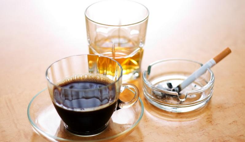 Untersuchungen haben beispielsweise ergeben, dass ein übermäßiger Genuss von Koffein, Alkohol oder Nikotin Extrasystolen auslösen kann.