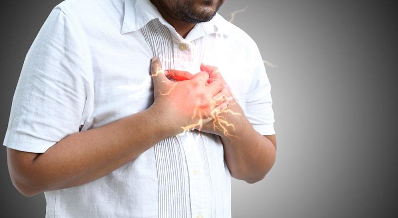 Vorhofflimmern: Das Herz rast, der Puls ist außer Kontrolle und der Brustkorb schmerzt, bei den ersten Anzeichen sollte man sofort einen Arzt aufsuchen.