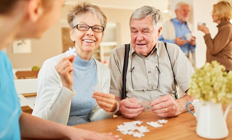 Die Aktivitäten, die der vaskulären Demenz entgegensteuern sollen, hängen auch von den Symptomen ab, mit denen sich die Erkrankung bemerkbar macht.  ( Foto: Shutterstock- Robert Kneschke )