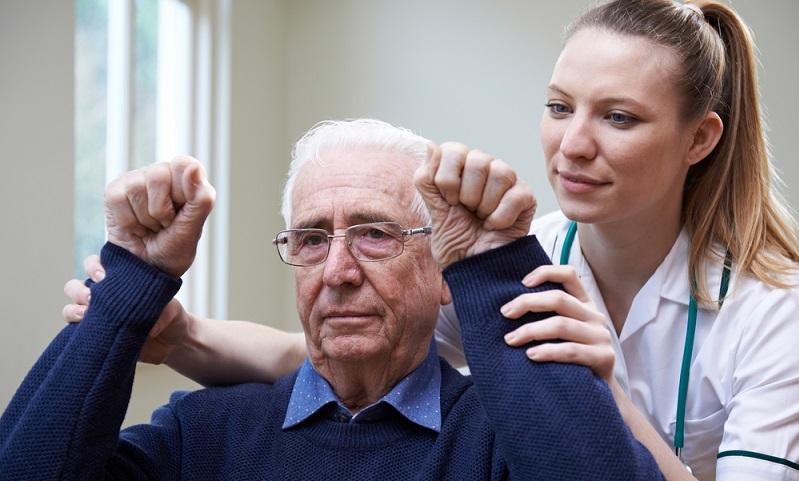Überlebt der Patient den Schlaganfall, zeigen sich bei rund 50 % bleibende Schäden.  ( Foto: Shutterstock-SpeedKingz)