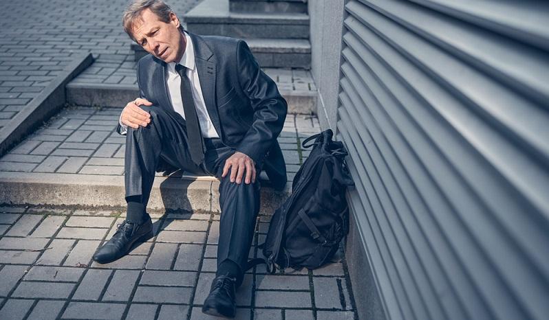 Bei einem Schlaganfallpatienten gilt ebenso wie bei einer Person, die starke Schmerzen im Knie hat, dass das Treppensteigen notfalls gänzlich umgangen werden muss.  ( Foto: Shutterstock- YAKOBCHUK VIACHESLAV  )