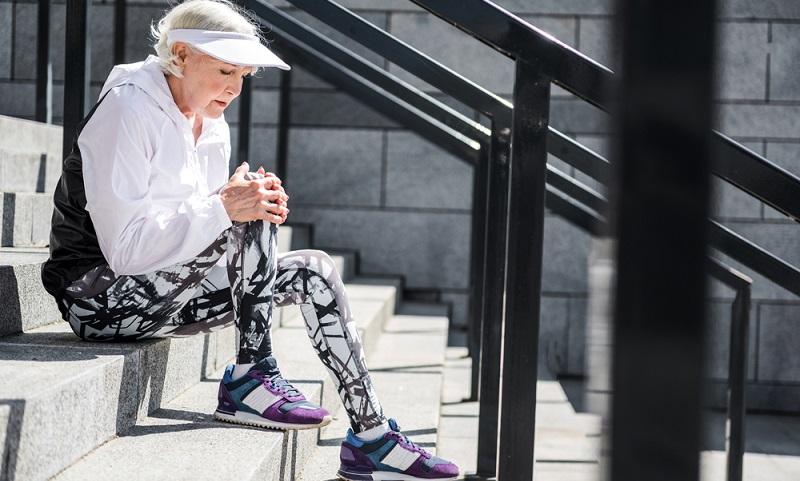 Warum gerade beim Treppensteigen das Knie derartig schmerzt, wurde eingangs schon erklärt. Aber wo liegen die Ursachen dafür, dass das Gelenk seinen Dienst nicht mehr beschwerdefrei verrichtet?  ( Foto: Shutterstock-True Touch Lifestyle )