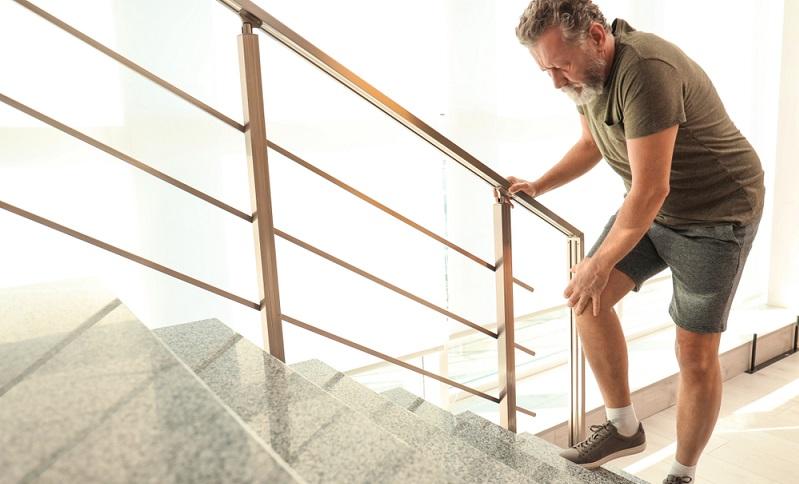 Wichtig ist, in Bewegung zu bleiben und die schmerzhaften Bewegungen nicht gänzlich zu meiden. Dies gilt zumindest im Anfangsstadium, wenn noch keine dauerhafte Abhilfe geschaffen werden muss. ( Foto: Shutterstock-New Africa )