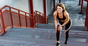 Schmerzen im Knie beim Treppensteigen aufwärts: Was oft dahintersteckt und was man dagegen tun sollte ( Foto: Shutterstock- Khosro)
