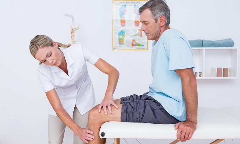 Schmerzen im Knie werden vor allem konservativ behandelt. Das heißt, dass bei akuten Schmerzen im Knie Entlastung, Ruhigstellung und Kühlung im Vordergrund stehen.  ( Foto: Shutterstock- wavebreakmedia )