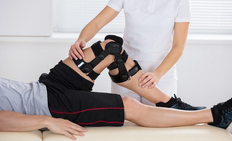 Sind die Beschwerden abgeklungen, ist meist eine Physiotherapie angezeigt, damit Muskeln gestärkt werden und diese wiederum das Kniegelenk entlasten können. ( Foto: Shutterstock-Andrey_Popov )