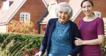 24-Stunden-Betreuung & Pflege: Kosten, Kostenübernahme, Vermittlung ( Foto: Shutterstock-_SpeedKingz )