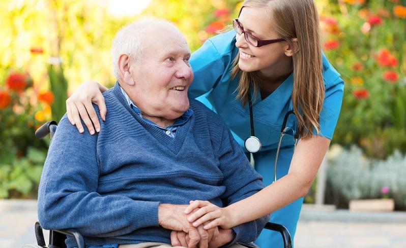 Die Leistungen im Rahmen der 24-Stunden-Betreuung sind umfassend und beinhalten alle zur Pflege nötigen Tätigkeiten mit Ausnahme medizinisch notwendiger Leistungen.  ( Foto: Shutterstock- Barabasa)