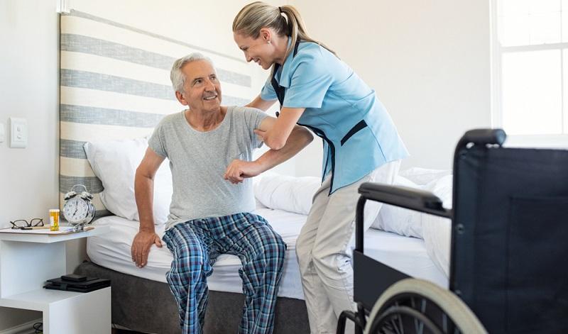 Für die Feststellung des Pflegegrades wird ein Gutachterverfahren durchgeführt, in dessen Rahmen die noch mögliche Selbstständigkeit des Betroffenen untersucht wird. ( Foto: Shutterstock-Rido)