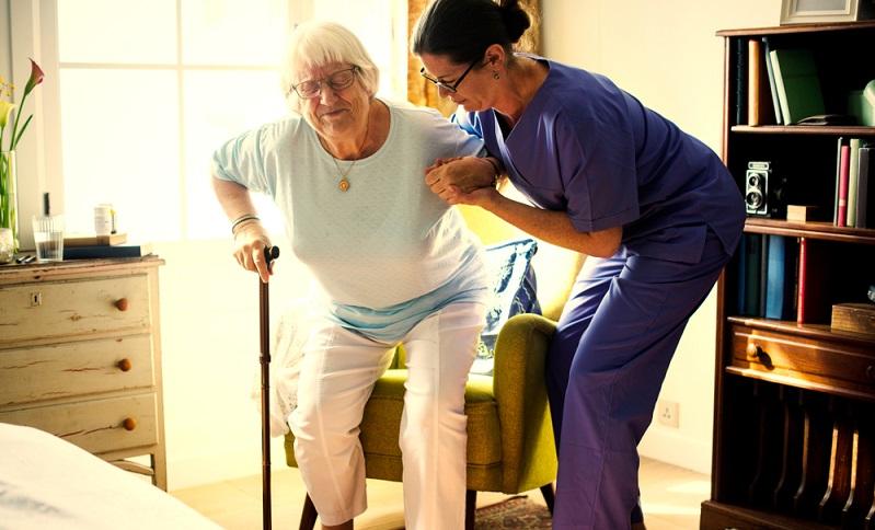 Eine 24 Stunden Pflege zu Hause kostet durchschnittlich 1.200 bis 2.000 Euro im Monat.  ( Foto: Shutterstock-Rawpixel.com )