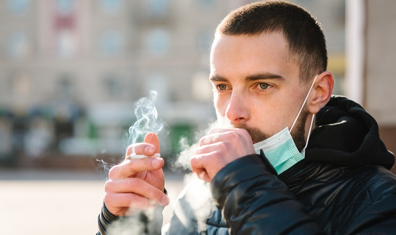 Dass Rauchen schädlich ist und unter anderem zu einem Schlaganfall führen kann, dürfte wohl jedem bekannt sein.  ( Foto: Shutterstock-Sergii Sobolevskyi )