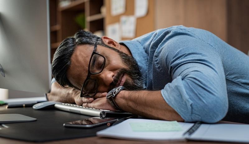 Zu viel Schlaf kann sich auf verschiedene Arten äußern. Zum einen fühlen sich die betroffenen Menschen oft wie erschlagen, sind müde und lustlos.( Foto: Shutterstock-Rido)