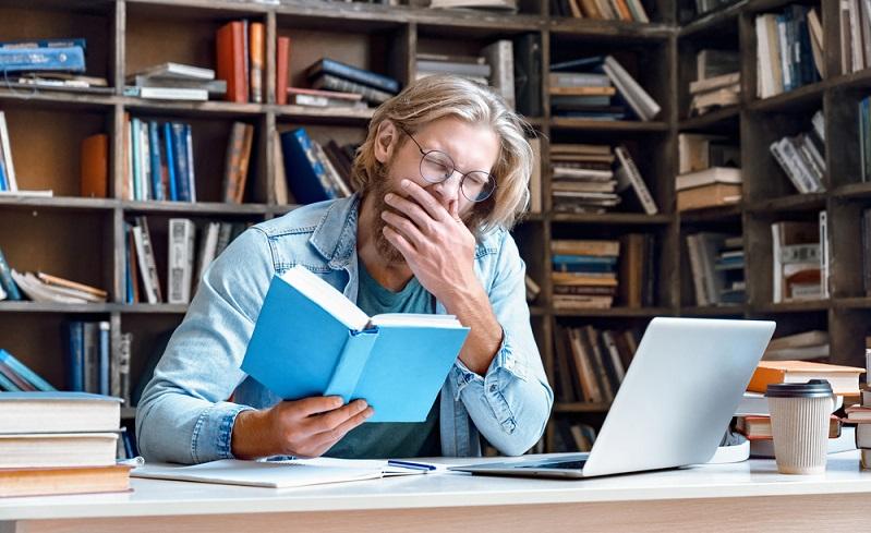 Wer jedoch dauerhaft zu wenig schläft, lebt ebenfalls nicht gesund und riskiert, dass das Immunsystem nicht mehr mitmacht.  ( Foto: Shutterstock-  insta_photos)