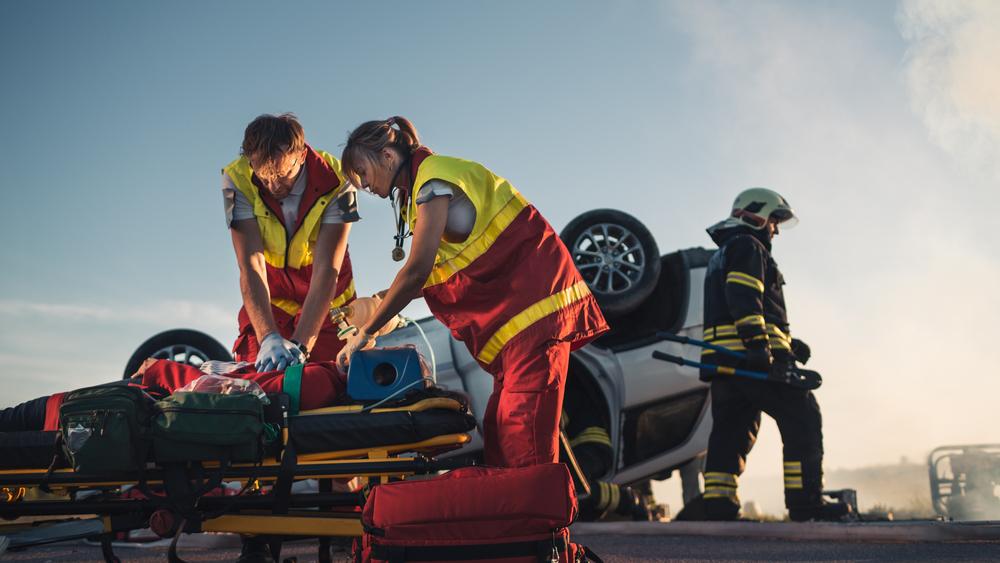 Rettungskräfte müssen die entsprechende Fachkunde erlangen, um souverän und zielgerichtet agieren zu können und so gemeinsam mit dem Notarzt die bestmögliche Versorgung der Patienten zu gewährleisten. ( Foto: Shutterstock-_Gorodenkoff )