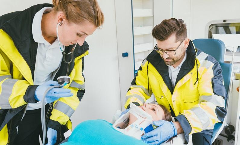 Die Arbeit im Rahmen eines Notfalleinsatzes ist Teamarbeit. Der Notarzt muss sich auf die vorhandene Fachkunde des Rettungsteams verlassen können und umgekehrt.  ( Foto: Shutterstock- Kzenon)