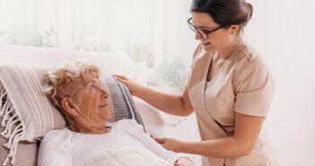 Osteuropäische Pflegekräfte legal beschäftigen ( Foto: Shutterstock-Photographee.eu)