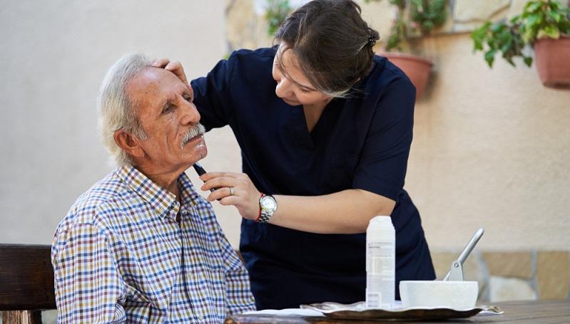Osteuropäische Pflegekräfte werden in jüngster Zeit verstärkt nachgefragt.  ( Foto: Shutterstock-Gecko Studio_)
