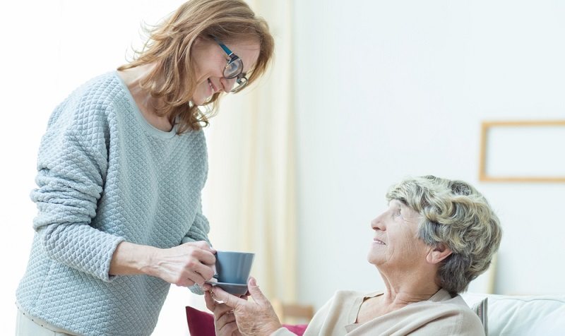 Wer als Arbeitgeber eine osteuropäische Pflegekraft beschäftigt, muss sich bei der Agentur für Arbeit anmelden und dort eine Betriebsnummer beantragen.  ( Foto: Shutterstock-_Photographee.eu)