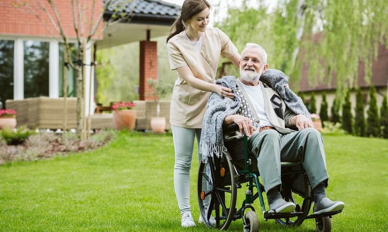 Wer ohne Agentur osteuropäische Pflegekräfte beschäftigen möchte, muss zum Arbeitgeber werden.  ( Foto: Shutterstock-Photographee.eu )