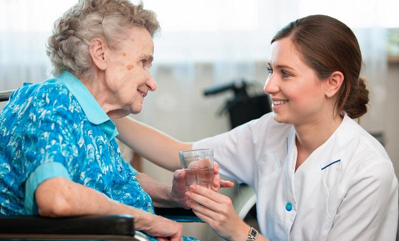 Was können polnische Pflegekräfte leisten? Sie bieten eine Betreuung bei der Pflegeperson zu Hause, bringen aber keine medizinische Ausbildung mit. ( Foto: Shutterstock-Alexander Raths )