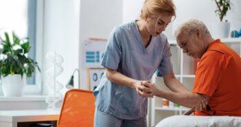 Polnischer Pflegedienst als Hilfe im Alltag ( Foto: Shutterstock-Dmytro Zinkevych)