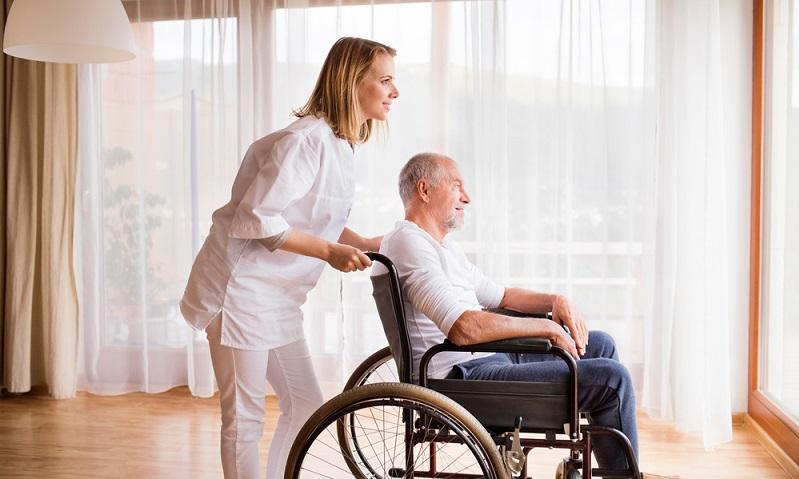 Genau genommen handelt es sich nicht um Pflegefachkräfte, wie sie hier in Deutschland durch den ambulanten Pflegedienst ins Haus kommen.  ( Foto: Shutterstock- Halfpoint)