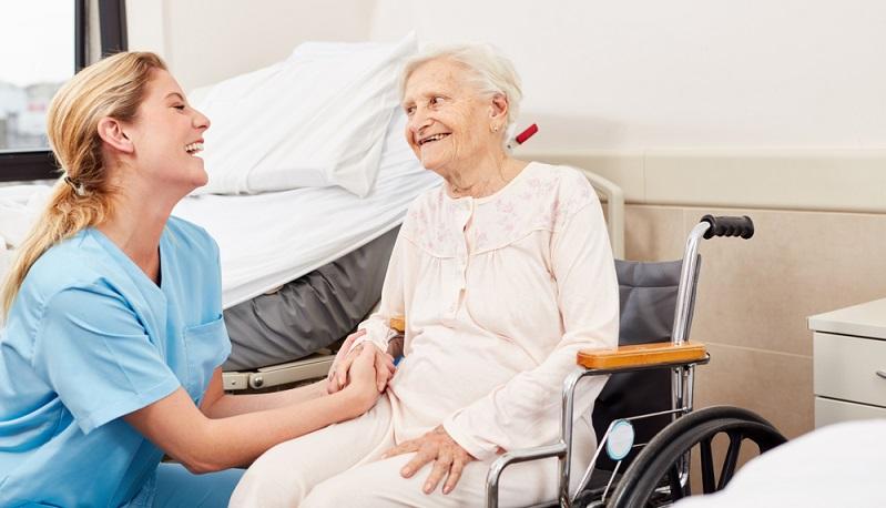 Soll ein polnischer Pflegedienst zur Betreuung einer Pflegeperson beauftragt werden, sind einige Schritte nötig. ( Foto: Shutterstock- Robert Kneschke )