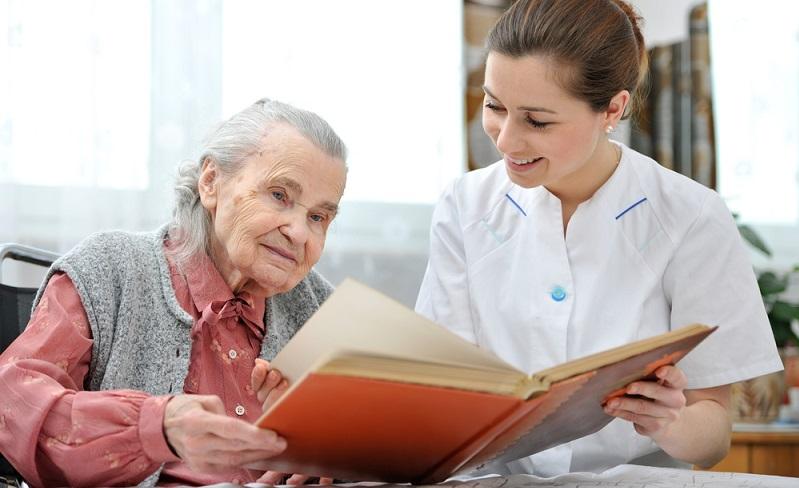 Polnische Betreuungskräfte übernehmen eine Vielzahl von Tätigkeiten, mit der sie die Pflegeperson unterstützen. ( Foto: Shutterstock-_Alexander Raths)