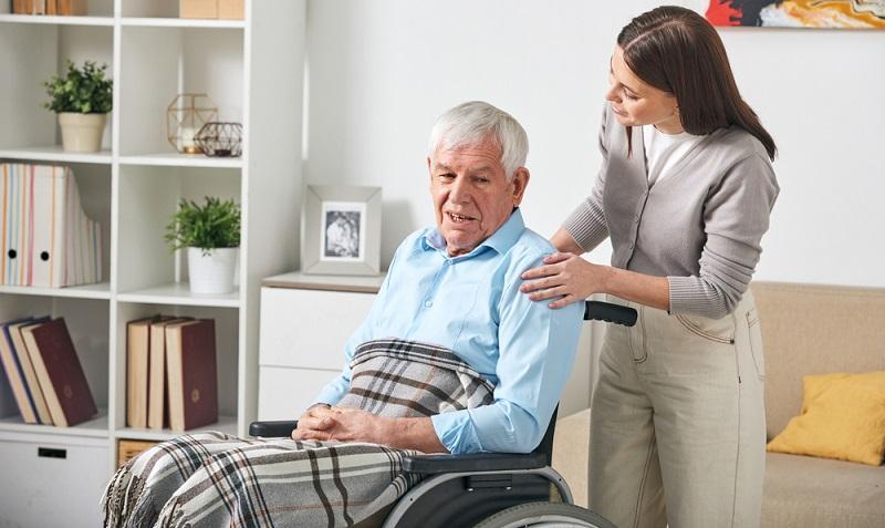 Soll die Pflege sichergestellt werden, ist die Hilfe einer Pflegekraft wichtig. ( Foto: Shutterstock- Pressmaster )