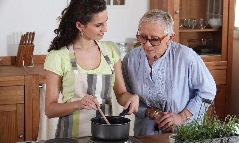 Die polnische Haushaltshilfe übernimmt alle üblichen Arbeiten im Haushalt. Sie deckt und räumt den Tisch ab, sie bereitet Essen zu und kümmert sich um Sauberkeit von Wohnung und Wäsche. ( Foto: Shutterstock- Phovoir )