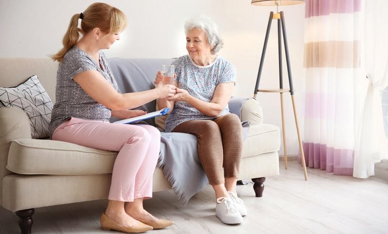 Um polnische Pflegekräfte legal anzustellen, sind sowohl die abgeführten Sozial- und Krankenversicherungsbeiträge relevant als auch die angemessene Bezahlung, wobei der Mindestlohn ausschlaggebend ist. ( Foto: Shutterstock- Africa Studio )