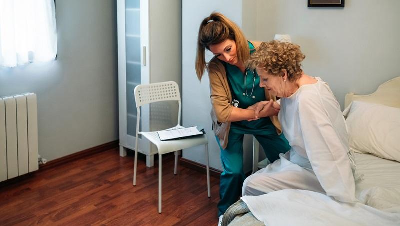 Es ist auch möglich, eine polnische Pflegekraft zu beschäftigen, die ohne Agentur vermittelt wird.  ( Foto: Shutterstock- David Pereiras )