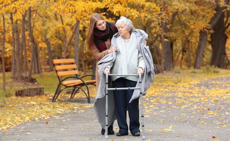 Wer einen Pflegebedürftigen zu versorgen hat, dies aber selbst nicht leisten kann, wendet sich vielleicht an eine polnische Pflegekraft.  ( Foto: Shutterstock-Africa Studio)