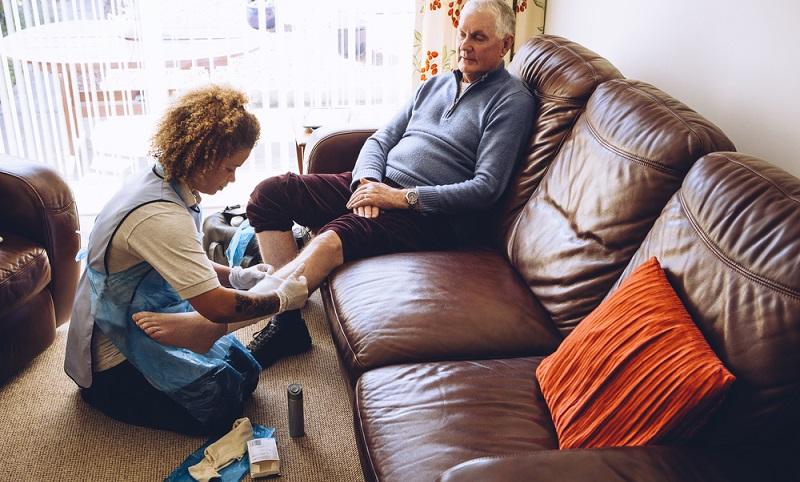 Die Pflegekraft aus Polen darf als Hilfe im Haushalt und bei den täglichen Verrichtungen für den Pflegebedürftigen angestellt werden.  ( Foto: Shutterstock-DGLimages )