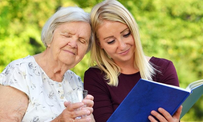 Eine polnische Pflegekraft muss aus eigener Tasche und damit durch den Auftraggeber bezahlt werden.  ( Foto: Shutterstock-_itsmejust)