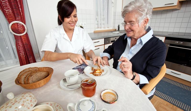 Das Einkommenssteuergesetz regelt in § 3 Nr. 36, ob die Leistungen aus der Verhinderungspflege versteuert werden müssen.  ( Foto: Shutterstock-Lisa-S)