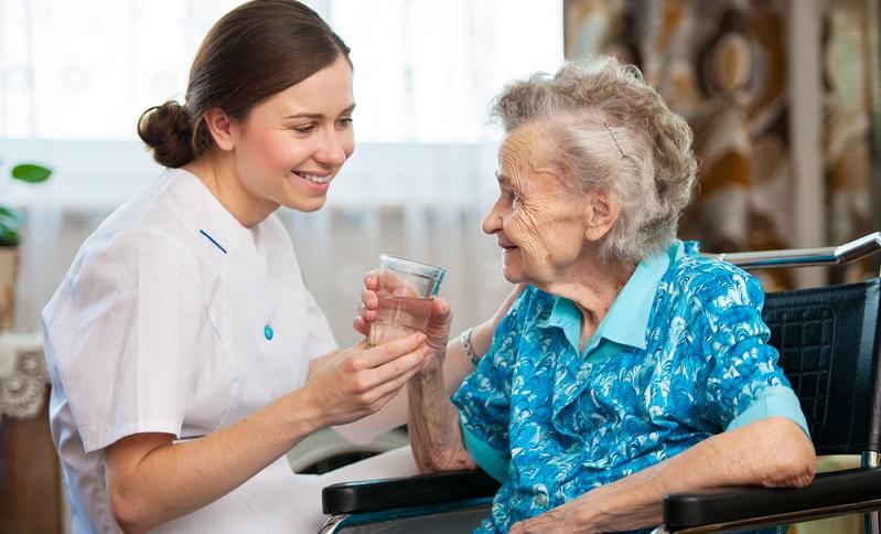 Mittlerweile ist es schon üblich geworden, eine polnische Pflegekraft mit ersatzpflegerischen Leistungen zu beauftragen. ( Foto: Shutterstock-_Alexander Raths)